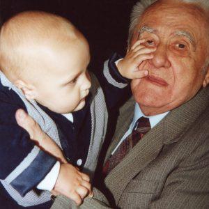 Dziadek Czesław znoszący trud zajęcia się najmłodszym z naszych braci.